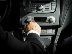 uitgelichte afbeeldng: chauffeur in auto